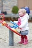 Śliczna preschooler dziewczyna cieszy się boisko przy zimą obraz stock