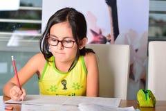śliczna robi dziewczyny praca domowa trochę Obraz Stock