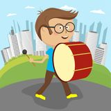 Śliczna rozochocona chłopiec bawić się bębenu wmarsz wzdłuż ulicy royalty ilustracja