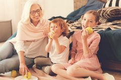 Śliczna szczęśliwa dziewczyna je jabłka zdjęcia stock