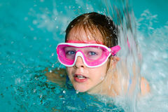 Śliczna szczęśliwa dziewczyna w różowej gogle masce w pływackim basenie Fotografia Royalty Free