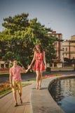 Śliczna szczęśliwa kochająca para cieszy się czas wpólnie, chodzący miasto ulicznego fontanna blisko Lato Obraz Royalty Free