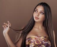 Śliczna szczęśliwa młoda indyjska kobieta w studia zakończeniu up zdjęcie royalty free