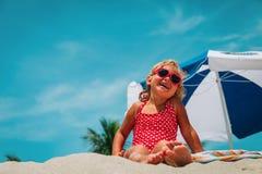Śliczna szczęśliwa mała dziewczynka cieszy się lato plażę obrazy stock