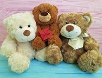 Śliczna trzy misiów zabawka z czerwonym pudełkiem na różowy i błękitny drewnianym, rodzina Obraz Royalty Free