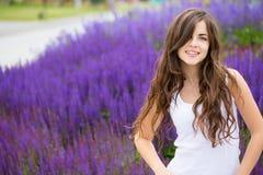 Śliczna uśmiechnięta kobieta w parku obraz royalty free