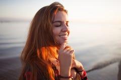 Śliczna uśmiechnięta młoda dziewczyna, portret na tle denny zmierzch Zdjęcie Royalty Free
