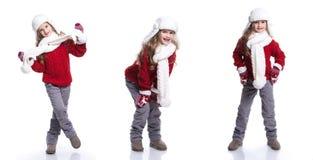 Śliczna uśmiechnięta mała dziewczynka jest ubranym trykotowego pulower, szalika, kapelusz i rękawiczki odizolowywających na biały obrazy stock