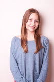 Śliczna uśmiechnięta nastoletnia dziewczyna obraz stock