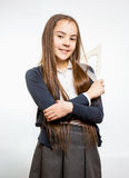 Śliczna uśmiechnięta uczennica z długim brunetka włosy Zdjęcia Royalty Free