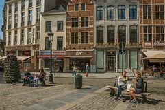 Śliczna ulica z ludźmi opowiada na jawnej ławce w Bruksela Zdjęcie Stock