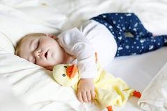 Śliczna urocza dziewczynka 6 miesięcy spać pokojowy w łóżku obraz stock