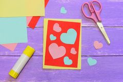 Śliczna walentynka dnia karta robić od barwionego papieru Scissirs, kleidło kij, barwiący papier ciąć na arkusze na drewnianym st Zdjęcie Stock