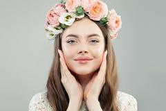 Śliczna Wzorcowa kobieta z Jasną skórą, Naturalnym Makeup i wiosna kwiatami, Skóry opieka, relaks i wiosny pojęcie, zdjęcie stock
