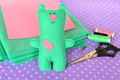 Śliczna zieleń czuł misia Handmade dziecko zabawka Nożyce, nici, igły kit bawełny igła szwalny naparstek Obraz Stock