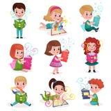 Śliczne chłopiec i dziewczyny czyta bajek książki ustawiać, dzieciak wyobraźni pojęcia kreskówki kolorowe ilustracje royalty ilustracja