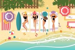 Śliczne dziewczyny sunbathing na plaży Obrazy Stock