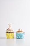Śliczne Easter czekoladowe babeczki z królikiem na wierzchołku Fotografia Royalty Free