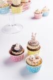 Śliczne Easter czekoladowe babeczki z królikiem na wierzchołku Obrazy Stock