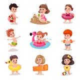 Śliczne kreskówek chłopiec i dziewczyny bawić się przy plaża setem, dzieciaki przy wakacje ilustracjami royalty ilustracja