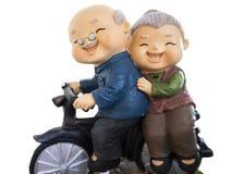 śliczne lale ma przejażdżkę z ich rowerem odizolowywającym na whitebackground zawierają ścinek ścieżkę fotografia royalty free