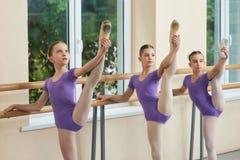 Śliczne młode baleriny rozciąga nogi Zdjęcia Stock