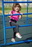 Śliczne małych dziewczynek sztuki na boisku Obrazy Stock
