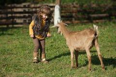 Śliczne małych dziewczynek sztuki z kózką Fotografia Royalty Free