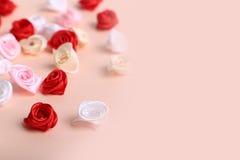 Śliczne menchie, czerwień, biel i śmietanka kwiaty na kremowym tle, Fotografia Stock