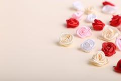 Śliczne menchie, czerwień, biel i śmietanka kwiaty na kremowym tle, Obrazy Stock