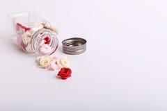 Śliczne menchie, czerwień, biel i śmietanka kwiaty w szklanym słoju na Białym tle, Obraz Royalty Free