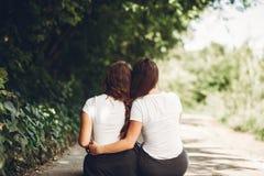 Śliczne siostry w parku fotografia stock