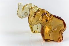 Śliczne szklane słoń figurki na białym tle Zdjęcie Royalty Free