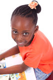 Ślicznego czarnego afrykanina amerykańska mała dziewczynka czyta książkę - afrykanin Obrazy Stock
