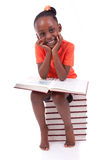 Ślicznego czarnego afrykanina amerykańska mała dziewczynka czyta książkę - afrykanin Obraz Stock
