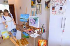 Ślicznego dziewczyna artysty Europejski pojawienie trzyma słoje muśnięcia, stan zdjęcia stock