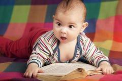 Ślicznego małego dziecka czytelnicza książka fotografia royalty free