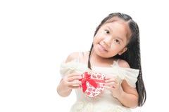 Ślicznego małego panna młoda chwyta kierowy prezent na ręce Obraz Stock