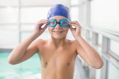 Ślicznej chłopiec trwanie poolside Zdjęcia Royalty Free