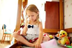 ślicznej dziewczyny mały bawić się obrazy royalty free