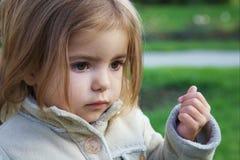 ślicznej dziewczyny mały spojrzenie rozważny Zdjęcie Stock