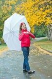 ślicznej dziewczyny parasolowy chodzący biel Fotografia Royalty Free