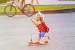 Ślicznej małej berbeć dziewczyny jeździecka hulajnoga w obrazy royalty free