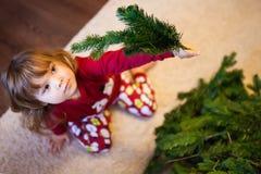 Ślicznej małej dziewczynki gromadzić choinka Obraz Stock