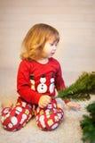 Ślicznej małej dziewczynki gromadzić choinka Zdjęcie Stock