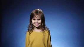 Ślicznej małej dziewczynki roześmiani confetti spada, krakers, błękitny tła zwolnione tempo zbiory wideo