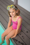 Ślicznej małej dziewczynki siedzący poolside obrazy royalty free