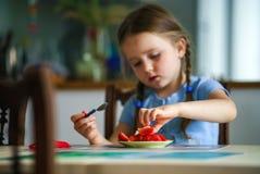 Ślicznej małej dziewczynki smaczna truskawka w domu obraz stock