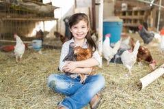 Śliczni Żeńskiego dziecka obejmowania kurczaki Przy gospodarstwem rolnym obrazy stock