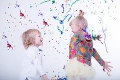Śliczni blondynek dzieci w białym studiu obraz stock